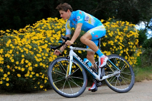 Jakob Fuglsang, uno de los fichajes de Astana luce su nuevo maillot y su nueva bicicleta