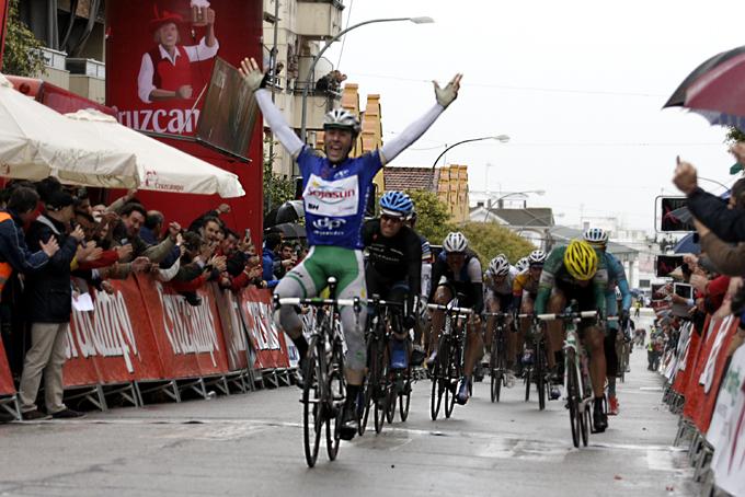 Hivert alza los brazos por segunda vez en la Vuelta a Andalucía.