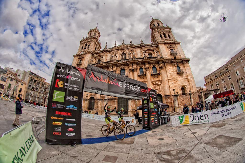 El equipo Merida entrando en meta victoriosos. Foto: AndalucíaBikeRace