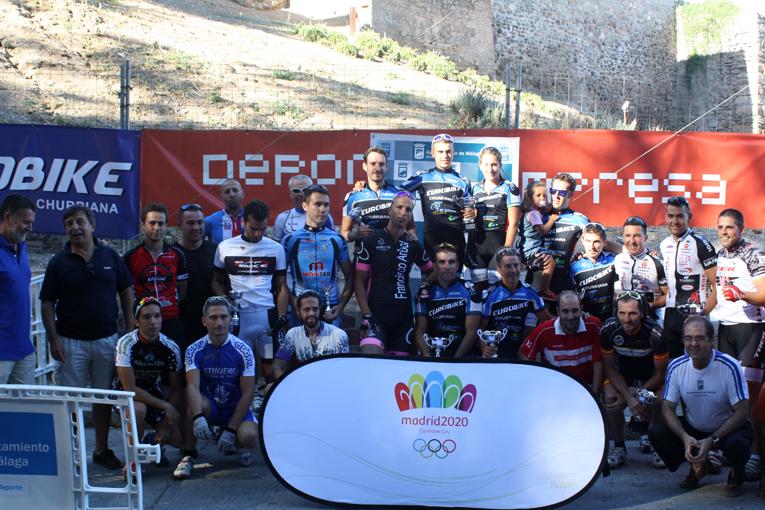 Los participantes posan junto al cartel promocional de Madrid 2020. Foto: Ciclismo Andaluz
