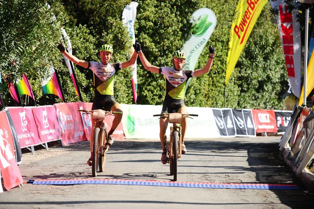 Entrada en meta de los vencedores del día. Foto: AndalucíaBikeRace.