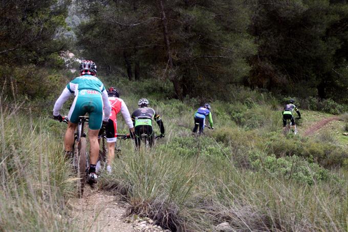 Varios corredores realizan el primer descenso, una bajada muy rápida.