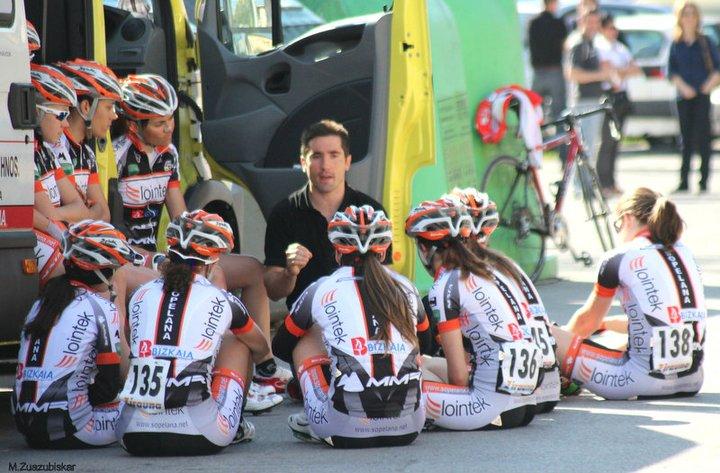 El equipo Lointek atiende instrucciones. Foto: M. Zuazubiskar.