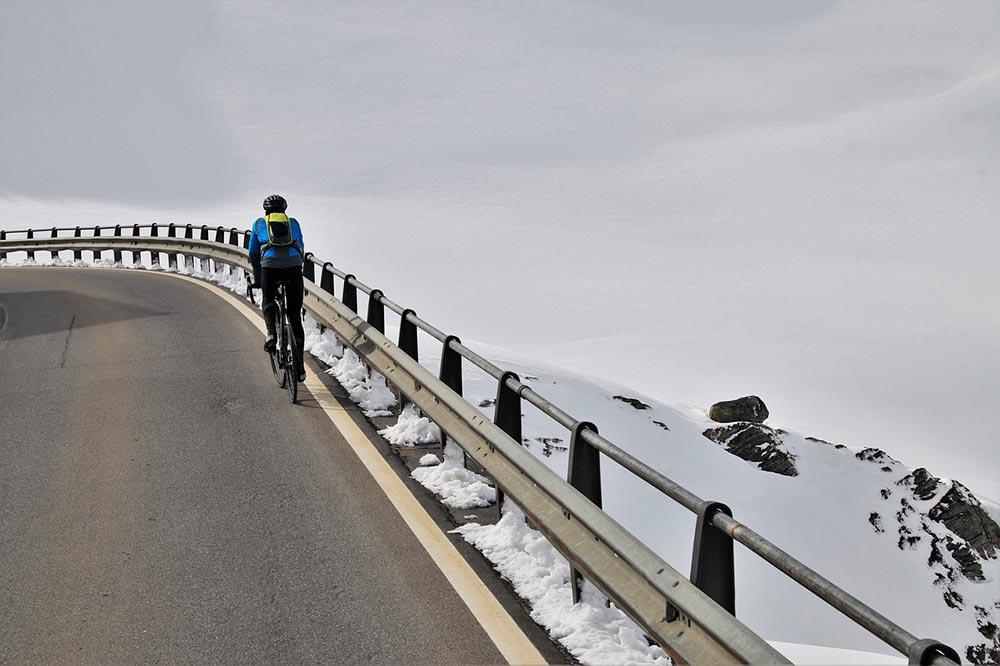 En un descenso prolongado con curvas y cuando razones de seguridad lo permitan, ¿podrán circular los ciclistas por la parte derecha de la calzada que necesiten?